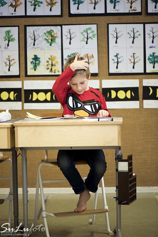 Vi besöker en skola, Nyhemsskolan, och en årskurs ett. Det handlar om hur man jobbar för att bemöta elever med exempelvis adhd, asperger och andra neuropsykiatriska funktionsnedsättningar. Journalist Elisabeth Cervin