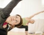 """Ordet yoga är sanskrit och betyder förening. Det kan ses som förening mellan kropp och själ eller mellan individen och omvärlden.  Yogafilosofin är en av Indiens stora livsfilosofier och skrevs ned av Patanjali för över 2000 år sedan i 196 aforismer """"Yoga sutras"""". Enligt Patanjali är yoga när sinnet inte längre styrs av tankarnas invanda mönster. Yoga är ett sinnestillstånd som är svårt att förklara och som bara kan upplevas genom att utöva yoga.  Syftet med yoga är att hitta harmoni och balans i sig själv så att man står stadigt i medgång och motgång och inte påverkas av yttre omständigheter. Yogan är inte bara något som händer på yogamattan utan ett förhållningssätt som genomsyrar hela livet."""