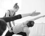 """Ordet yoga är sanskrit och betyder förening. Det kan ses som förening mellan kropp och själ eller mellan individen och omvärlden.Yogafilosofin är en av Indiens stora livsfilosofier och skrevs ned av Patanjali för över 2000 år sedan i 196 aforismer """"Yoga sutras"""". Enligt Patanjali är yoga när sinnet inte längre styrs av tankarnas invanda mönster. Yoga är ett sinnestillstånd som är svårt att förklara och som bara kan upplevas genom att utöva yoga.  Syftet med yoga är att hitta harmoni och balans i sig själv så att man står stadigt i medgång och motgång och inte påverkas av yttre omständigheter. Yogan är inte bara något som händer på yogamattan utan ett förhållningssätt som genomsyrar hela livet."""